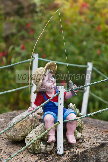Europe/France/Pays de la Loire/44/Loire Atlantique/Parc naturel régional de Brière/Ile de Fedrun/Saint-Joachim: Détail décoration de jardin d'une maison, statuette représenatant un enfant à la pêche