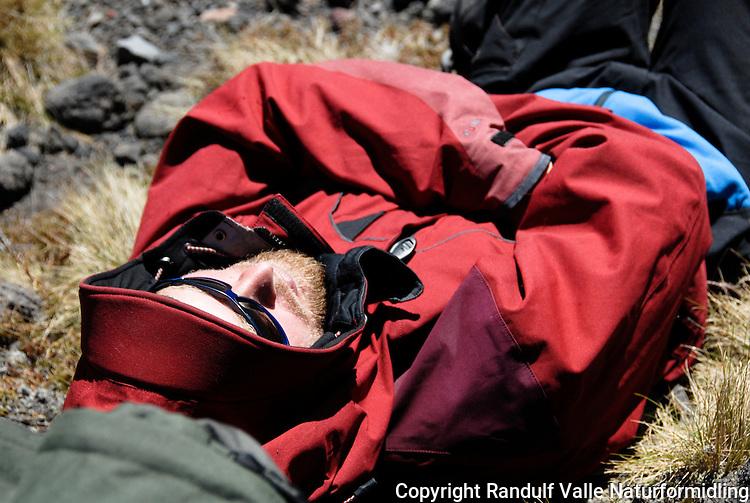 Mann slapper av i sola ---- Man relaxing in the sun