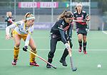 AMSTELVEEN - Joy Haarman (Adam)  met Danique van der Veerdonk (DenBosch) tijdens de hoofdklasse hockeywedstrijd dames,  Amsterdam-Den Bosch (1-1).   COPYRIGHT KOEN SUYK