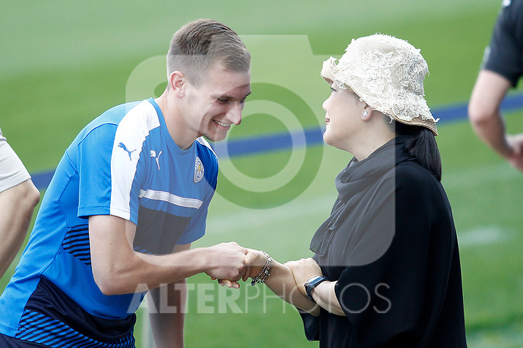 Leicester City FC's Chairman Vichai Srivaddhanaprabha wife's with Andy King before training session. April 11, 2017.(ALTERPHOTOS/Acero)