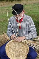 Leusden -  De Stichting Behoud Oude Werktuigen organiseert de jaarlijkse Oogstdag op landgoed Den Treek.  Demonstratie manden maken