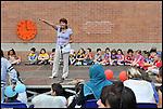 """""""Coloriamo le differenze"""", inaugurazione del murale dipinto dai bambini nel cortile della scuola Deledda di via Ternengo, con la collaborazione del Museo di Arte Contemporanea del Castello di Rivoli. La Direttrice Celestina Cielo. Giugno 2013"""