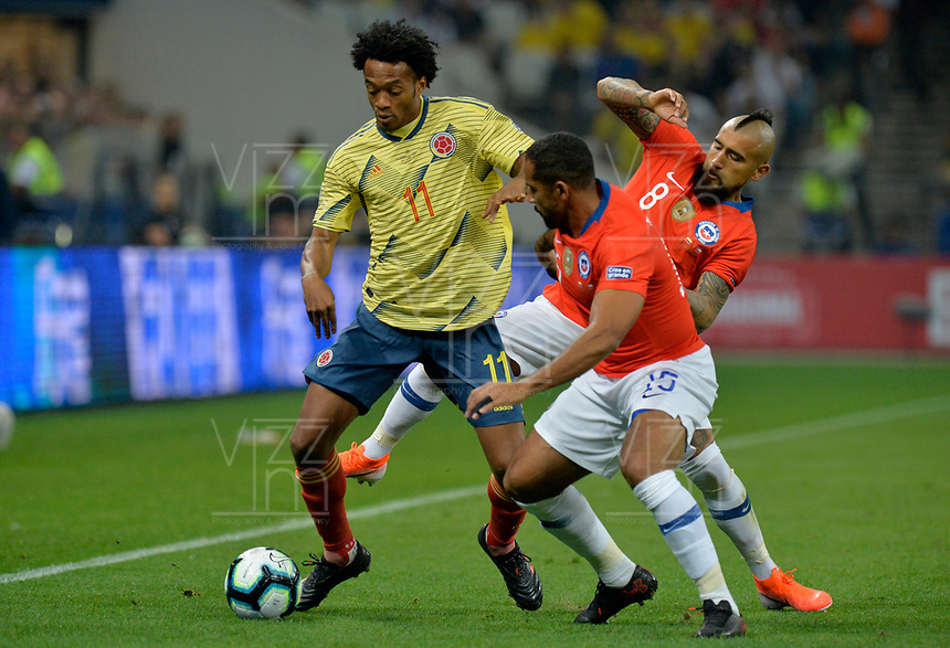 SAO PAULO – BRASIL, 28-06-2019: Juan Cuadrado de Colombia disputa el balón con Jean Beausejour y Arturo Vidal de Chile durante partido por cuartos de final de la Copa América Brasil 2019 entre Colombia y Chile jugado en el Arena Corinthians de Sao Paulo, Brasil. / Juan Cuadrado of Colombia vies for the ball with Jean Beausejour and Arturo Vidal of Chile during the Copa America Brazil 2019 quarter-finals match between Colombia and Chile played at Arena Corinthians in Sao Paulo, Brazil. Photos: VizzorImage / Julian Medina / Cont /