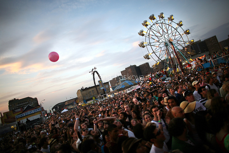 An audience fills the area where bands perform at the Siren Music Festival in the Coney Island theme park in Brooklyn, New York, on Saturday, July 19, 2008. (Photo by: Yana Paskova for The New York Times)..Assignment ID: 30065211A