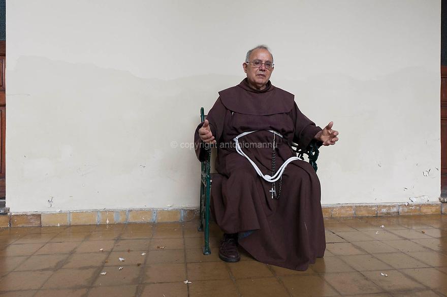 """Frate Antonio Scanu, francescano nato a Masullas, è stato al lungo in missione nel nord estremo argentino e in Bolivia. Qui è ritratto all'interno del monastero adiacente alla chiesa dedicata a San Francesco a Ujujui, nel nord argentino. Il suo motto: """"è solo amore!"""""""