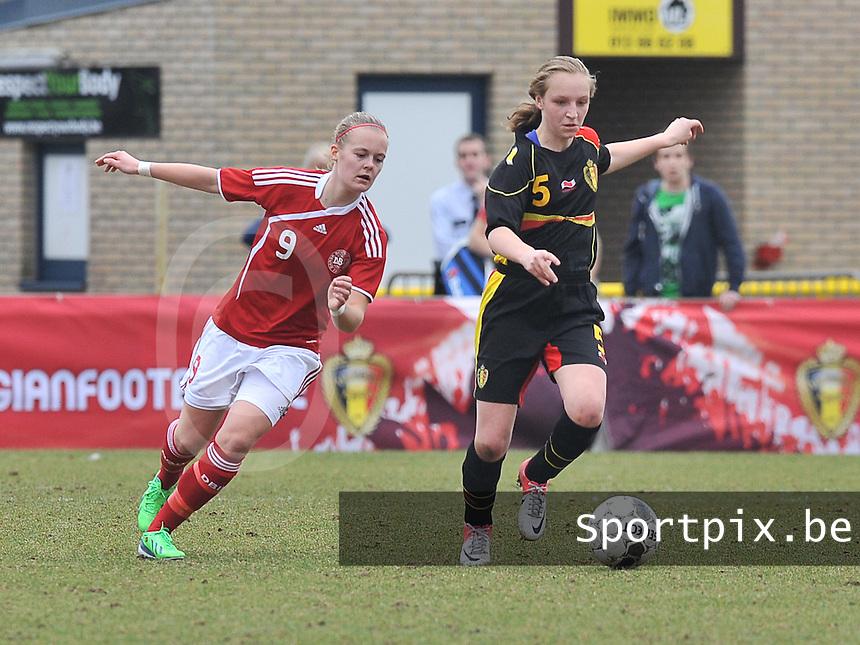 Denmark U17 - Belgium U17 : .Inne De Smet in duel met Sarah Hansen (links).foto DAVID CATRY / Vrouwenteam.be