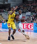 10.02.2019, ÖVB Arena, Bremen, GER, easy Credit-BBL, Eisbären Bremerhaven vs EWE Baskets Oldenburg, im Bild<br /> dicht am Gegner..<br /> Durrell SUMMERS ( Eisbären Bremerhaven #33 )<br /> Will CUMMINGS (EWE Baskets Oldenburg #3 )<br /> Foto © nordphoto / Rojahn
