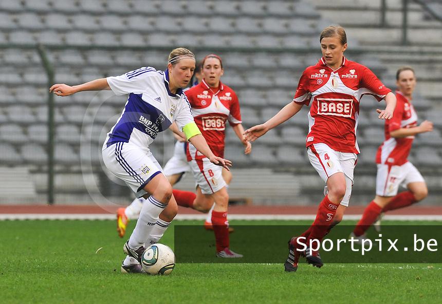 RSC Anderlecht Dames - Standard Femina de Liege : Sophie Mannaert aan de bal voor Julie Biesmans.foto DAVID CATRY / Vrouwenteam.be