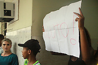 RIO DE JANEIRO, RJ, 29.03.2016 - PROTESTO-RJ - Amigos e familiares realizam protesto durante velório do menino Ryan Gabriel de 4 anos  que foi morto após confronto de traficantes entre os morros da Serrinha e Madureira, no bairro de Irajá região norte do Rio de Janeiro nesta terça-feira, 29. (Foto:Celso Barbosa/Brazil Photo Press)