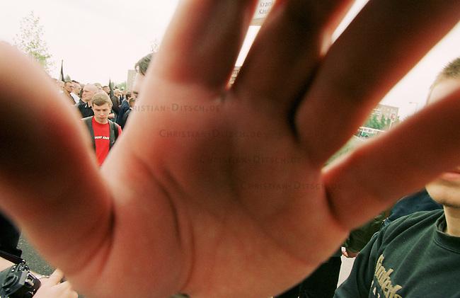 Mehr als tausend Rechtsextremisten von der NPD, sogenannten Freien Kameradschaften und Skinheads demonstrierten auf einer Kundgebung in Berlin-Hellersdorf unter dem Motto Arbeit zuerst fuer Deutsche. Eine Demonstration durch das Ostberliner Plattenbauviertel wurde von den Gerichten untersagt.<br /> Hier: Demonstrationsteilnehmer gehen gegen Fotografen und Pressevertreter vor.<br /> 1.5.2000, Berlin<br /> Copyright: Christian-Ditsch.de<br /> [Inhaltsveraendernde Manipulation des Fotos nur nach ausdruecklicher Genehmigung des Fotografen. Vereinbarungen ueber Abtretung von Persoenlichkeitsrechten/Model Release der abgebildeten Person/Personen liegen nicht vor. NO MODEL RELEASE! Nur fuer Redaktionelle Zwecke. Don't publish without copyright Christian-Ditsch.de, Veroeffentlichung nur mit Fotografennennung, sowie gegen Honorar, MwSt. und Beleg. Konto: I N G - D i B a, IBAN DE58500105175400192269, BIC INGDDEFFXXX, Kontakt: post@christian-ditsch.de<br /> Bei der Bearbeitung der Dateiinformationen darf die Urheberkennzeichnung in den EXIF- und  IPTC-Daten nicht entfernt werden, diese sind in digitalen Medien nach &sect;95c UrhG rechtlich gesch&uuml;tzt. Der Urhebervermerk wird gemaess &sect;13 UrhG verlangt.]