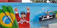 SÃO PAULO, SP, 01.05.2014 – GRAFITE HOMENAGEM AYRTON SENNA: Grafite em homenagem ao piloto Ayrton Senna pode ser visto na Rua Doutor José Gustavo Busch, no bairro do Morumbi em São Paulo.A data de hoje marca os 20 anos da morte do piloto após acidente no GP de San Marino em 1994. (Foto: Levi Bianco / Brazil Photo Press).