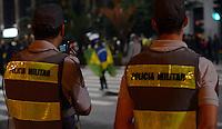 SÃO PAULO,SP, 18 Junho 2013 - Manifestacao em pela reducao do valor das passagem que acontece nesta terca feira 18 na Praca da Se regiao central de Sao Paulo. na foto policia oberva grupo na avenida paulista FOTO ALAN MORICI - BRAZIL FOTO PRESS