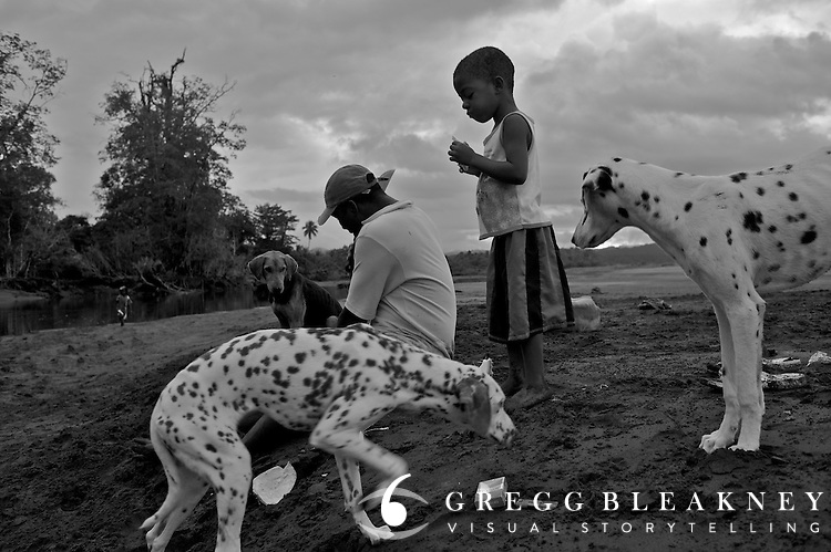 Rural family enjoying an afternoon at the beach with their dogs - Pacific Coast - Colombia