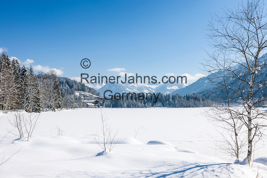Austria, Tyrol, Reith near Kitzbuhel: winter scenery at idyllic lake Schwarzsee (Black Lake) on the outskirts of Kitzbuhel, at background Kitzbuhel Alps | Oesterreich, Tirol, Reith bei Kitzbuehel: Winterlandschaft am Schwarzsee, im Hintergrund die Kitzbueheler Alpen
