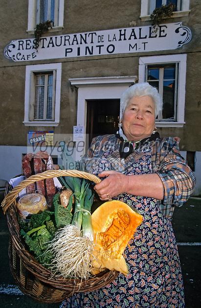 Europe/France/Auvergne/12/Aveyron/Villefranche-de-Rouergue: Madame Pinto cuisinière du restaurant de la Halle rentre du marché [Non destiné à un usage publicitaire - Not intended for an advertising use] [<br /> PHOTO D'ARCHIVES // ARCHIVAL IMAGES<br /> FRANCE 2000