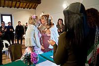 Giuseppe (Bea) della Pelle e Marioara Dadiloveanu si scambiano un bacio durante il loro matrimonio al comune di Nemi.