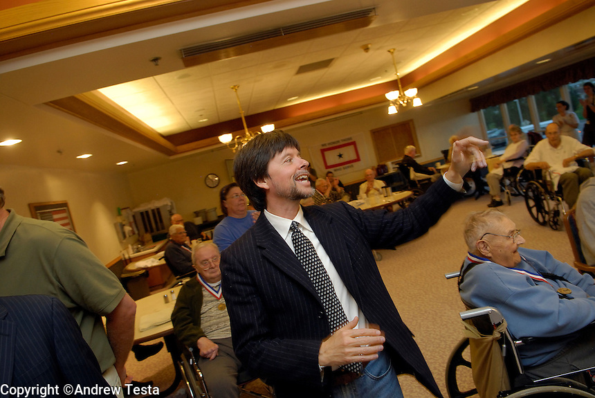 USA. Luverne.  6th September 2007.Ken Burns speaks at a Home for war veterans in Luverne..©Andrew Testa/Panos for Newsweek