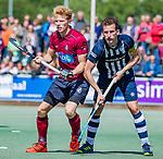 DEN HAAG - Kieran Dartee (HDM) met Ruben Versteeg (HCKZ)   tijdens  de eerste Play out wedstrijd hoofdklasse heren ,  HDM-HCKZ (1-2) . . COPYRIGHT KOEN SUYK