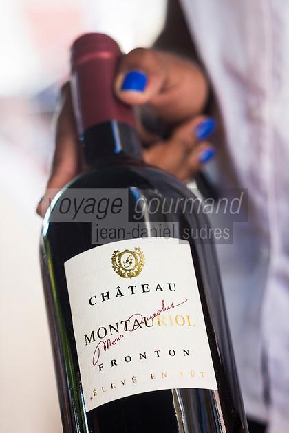 France, Haute-Garonne (31), Toulouse, Restaurant: Emile, service du vin   // France, Haute Garonne, Toulouse, Emile restaurant, Serving Wine
