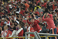 BOGOTÁ -COLOMBIA, 23-03-2016. Hinchas de Santa Fe celebran el tercer gol de su equipo durante partido aplazado entre Independiente Santa Fe y Atlético Junior por la fecha 4 de la Liga Aguila I 2016 jugado en el estadio Nemesio Camacho El Campin de la ciudad de Bogota.  / Fans of Santa Fe celebrate the third goal of their team during postponed match between Independiente Santa Fe and Atletico Junior for date 4 of the Liga Aguila I 2016 played at the Nemesio Camacho El Campin Stadium in Bogota city. Photo: VizzorImage/ Gabriel Aponte / Staff