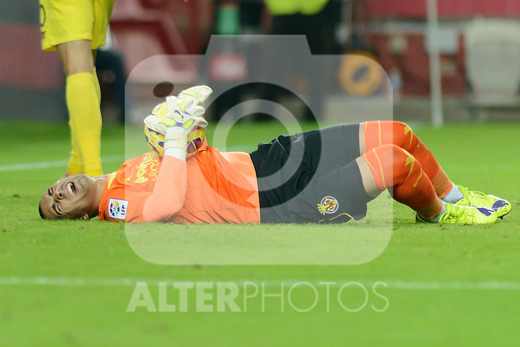 Villarreal goalkeeper J. Asenjo lying on the ground after colliding with Sevilla's Iago Aspasduring the match between Sevilla FC and Villarreal day 9 spanish  BBVA League 2014-2015 day 5, played at Sanchez Pizjuan stadium in Seville, Spain. (PHOTO: CARLOS BOUZA / BOUZA PRESS / ALTER PHOTOS)