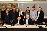 SKÛTSJESILEN: SNEEK: De Stolp, 07-10-2016, contractondertekening SKS en de Friese Rabobanken, voor: René Nagelhout (Voorzitter SKS) en Bert Roman (directievoorzitter Rabobank Sneek-ZuidwestFriesland), achter (SKS-bestuursleden): Dinie Visser, Ulbe Zwaga, Hilda Boesjes-Beljon, Gerhard Pietersma, Jelle van der Meulen, Edou Ritsma, foto: Martin de Jong