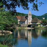 France, Limousin, Beaulieu-Sur-Dordogne: La Chapelle des Penitents on banks of the River Dordogne | Frankreich, Limousin, Beaulieu-Sur-Dordogne: La Chapelle des Penitents - die Buesserkapelle am Ufer der Dordogne, mit ihrem Glockengiebel aus dem 12. Jahrhundert, heute ein Heimatmuseum