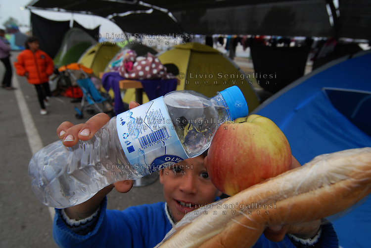 Idomeni / Greece 06/04/2016<br /> Distribution of food among the 15,000 refugees in Idomeni camp organized by MSF.<br /> Photo Livio Senigalliesi