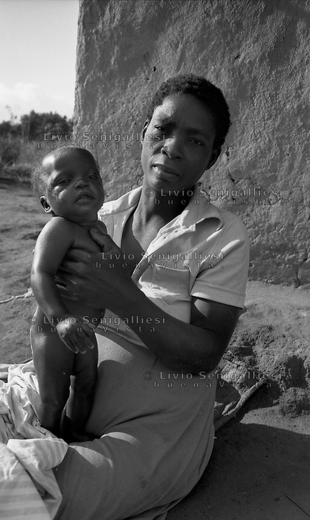 Chimoio / Mozambique 1993.Scena di vita quotidiana in un villaggio. Donna con bambino - Woman with her child..Photo Livio Senigalliesi