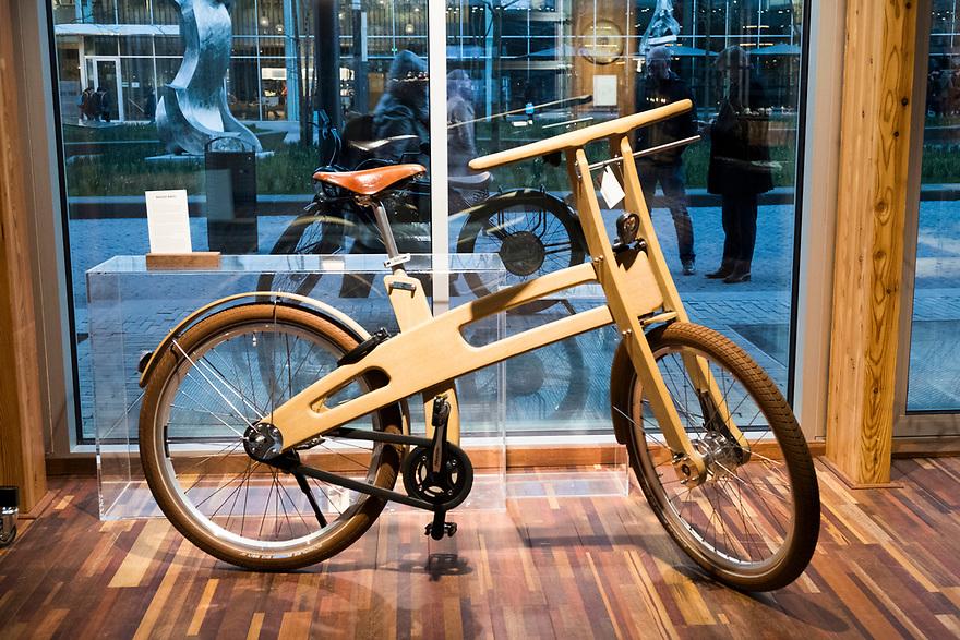 Nederland, Amsterdam, 20180206<br /> Circl, duurzaam gebouw van en naast hoofdkantoor ABNAmro op de Zuidas. Gebouw is volledig circulair gebouw met veel hergebruikt materiaal. Isolatie is bijvoorbeeld van oude spijkerbroeken van bankmedewerkers gemaakt. Circl is duurzaam en energiezuinig gebouwd en kan geheel gedemonteerd worden. <br /> In Circle is ook een winkel met duurzame producten.<br /> <br /> Foto: (c)Michiel Wijnbergh