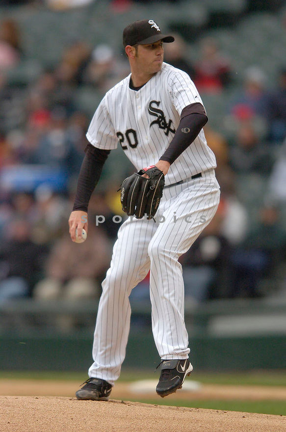 JON GARLAND, of the Chicago White Sox, in action during their series against the Cleveland Indians in Chicago, IL....CHRIS BERNACCHI/ SPORTPICS..