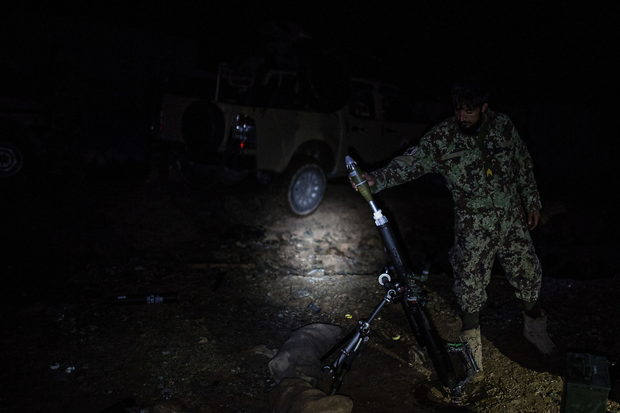 A soldier launch a mortar to a taliban position from where they often fire with a doushka, Kunar, Afghanistan, 15th November 2017. <br /> <br /> Un soldat lance un mortier sur une position talibane d'où il tirent régulièrement avec une doushka, Kunar, Afghanistan, 15 novembre 2017.