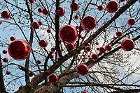 Oesterreich, Salzburger Land, Salzburg: Hellbrunner Adventzauber, Weihnachtsmarkt beim Schloss Hellbrunn, grosse rote Weihnachtskugeln schmuecken einen Baum | Austria, Salzburger Land, Salzburg: Christmas Market at Castle Hellbrunn, big red Christmas Ball Ornaments decorating a normal tree