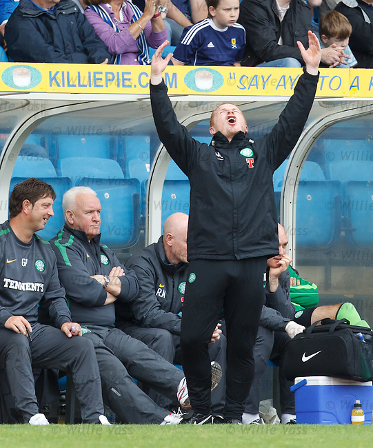 Neil Lennon flips out on the sidelines