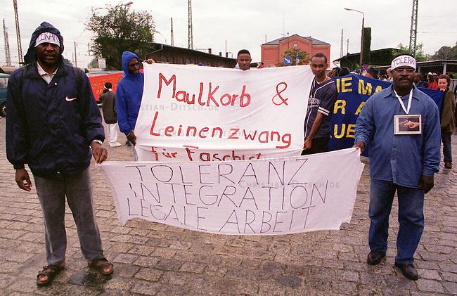 Demonstration von ca. 100 Fluechtlingen aus dem Land Brandenburg und 150 Deutschen im brandenburgischen Guben gegen die sog. Residenzpflicht (der Ort in dem das jeweilige Fluechtlingsheim ist, darf nicht verlassen werden) und gegen die Verschleppung des Prozesses gegen rechtsradikale Jugendliche aus Guben, die den algerischen Fluechtling Farid Guendoul Omar Ben Noui in der Nacht zum 13. Februar 1999 zu Tode hetzten.<br /> 8.7.2000, Guben<br /> Copyright: Christian-Ditsch.de<br /> [Inhaltsveraendernde Manipulation des Fotos nur nach ausdruecklicher Genehmigung des Fotografen. Vereinbarungen ueber Abtretung von Persoenlichkeitsrechten/Model Release der abgebildeten Person/Personen liegen nicht vor. NO MODEL RELEASE! Nur fuer Redaktionelle Zwecke. Don't publish without copyright Christian-Ditsch.de, Veroeffentlichung nur mit Fotografennennung, sowie gegen Honorar, MwSt. und Beleg. Konto: I N G - D i B a, IBAN DE58500105175400192269, BIC INGDDEFFXXX, Kontakt: post@christian-ditsch.de<br /> Bei der Bearbeitung der Dateiinformationen darf die Urheberkennzeichnung in den EXIF- und  IPTC-Daten nicht entfernt werden, diese sind in digitalen Medien nach &sect;95c UrhG rechtlich gesch&uuml;tzt. Der Urhebervermerk wird gemaess &sect;13 UrhG verlangt.]
