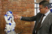 Wissenschaftsminister Boris Rhein mit Roboter Renée Nao