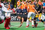 BLOEMENDAAL - Sebastian Dockier (Den Bosch) de bal naast het doel van keeper Maurits Visser (Bldaal) gaan  tijdens de hoofdklasse competitiewedstrijd hockey heren,  Bloemendaal-Den Bosch (2-1). rechts Glenn Schuurman (Bldaal) en Joaquin Menini Suero (Den Bosch) .  COPYRIGHT KOEN SUYK