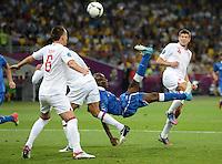 FUSSBALL  EUROPAMEISTERSCHAFT 2012   VIERTELFINALE England - Italien                     24.06.2012 Mario Balotelli (3. v.l., Italien) per Fallrueckzieher gegen John Terry (li) und Steven Gerrard (re, beide England)