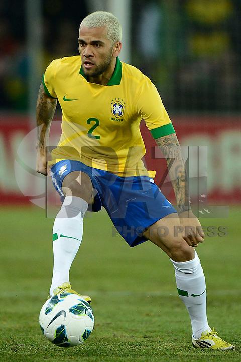 GENEBRA, SUICA, 21 DE MARCO DE 2013 - Daniel Alves jogador da Selacao brasileira durante partida amistosa contra a Itália, disputada em Genebra, na Suíça, nesta quinta-feira, 21. O jogo terminou 2 a 2. FOTO: PIXATHLON / BRAZIL PHOTO PRESS