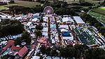 In Vechta wird vom 15. bis 20. August der 721. Stoppelmarkt gefeiert. Zu diesem Volksfest, dass eines der gršoessten seiner Art in Nordwestdeutschland ist, werden jŠaehrlich rund 800.000 Besucherinnen und Besucher an den sechs Tagen erwartet. Rund 500 Schausteller bauen auf dem Stoppelmarkt ihre GeschŠfte auf; darunter auch etwa 20 grosse Festzelte sowie 20 GrossfahrgeschŠfte. Am Donnerstag um circa 16.30 Uhr startet der traditionelle Festumzug; um 18.30 Uhr eršoeffnen BueŸrgermeister Helmut Gels und Ehrengast Stefan Niemeyer (GeschŠaeftsfueŸhrer RASTA Vechta) offiziell den Stoppelmarkt.<br />Der diesjaeŠhrige Festredner beim traditionellen Montagsempfang fŸuer geladene GaeŠste aus Politik und Wirtschaft auf dem Vechtaer Stoppelmarkt ist  Daniel GueŸnther. Er ist BundesratsprŠaesident und MinisterprŠaesident des Landes Schleswig-Holstein.<br /><br />Foto:  Farbenpraechtiges Bild aus der Luft ueber das Gelaende<br /><br /><br />Foto © nordphoto / Kokenge