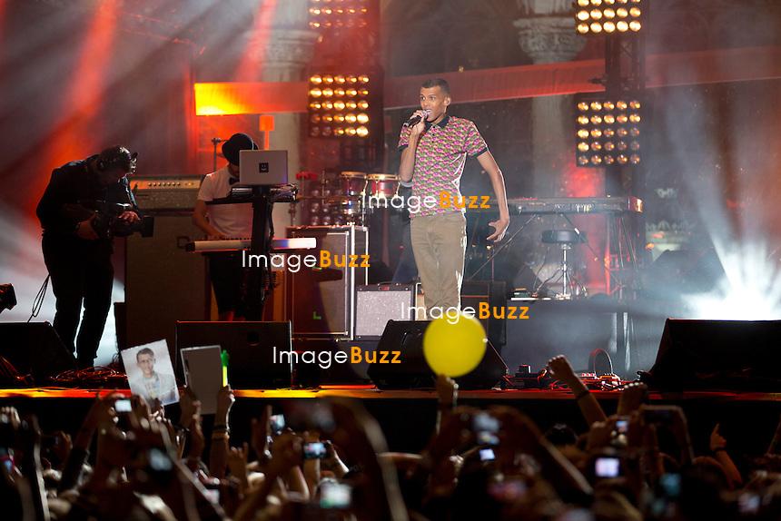 STROMAE en concert sur la Grand Place de Bruxelles lors de la f&ecirc;te de la F&eacute;d&eacute;ration Wallonie-Bruxelles.<br /> La f&ecirc;te de la F&eacute;d&eacute;ration Wallonie-Bruxelles a trouv&eacute; sa mascotte ce vendredi soir alors que Stromae a chant&eacute; gratuitement devant 7.000 personnes &agrave; cette occasion sur la Grand-Place. Pr&eacute;c&eacute;d&eacute; de Suarez et de Puggy et de Saule sur sc&egrave;ne, celui-ci a tenu a s&rsquo;exprimer uniquement en n&eacute;erlandais pour souligner sa belgitude, avant d&rsquo;entamer trois morceaux, les deux singles de son premier album Papaoutai, Formidable et Alors on danse, tube de son premier album.<br /> Belgique, Bruxelles, 27/09/13.<br /> <br /> STROMAE pictured during the concert on the occasion of the Feast of the Federation Wallonia Brussels at the Brussels Grand Place. Belgium, Brussels, September 29, 2013.