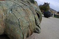 FRANCIA - Parigi - Giardini delle Tuileries - ottobre 2004 - Mostra di sculture di IGOR MITORAJ - EROS BENDATO SCREPOALTO 1999.In occasione dell'anno della Polonia vengono presentate a Parigi, dopo Cracovia, Varsavia e Roma una ventina di opere in bronzo e marmo - .Mitoraj nasce il 26/3/1944 a Oederan da madre polacca e padre francese -Ora vive tra Pietrasanta, dove ha lo studio, e Parigi