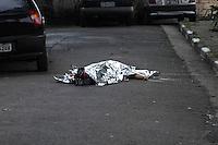 SAO PAULO, SP, 25.09.2013 - TIROTEIO JABAQUARA - Um criminoso morreu e outro ficou ferido durante um tiroteio com policiais na Rua Marechal Jo&atilde;o Batista Matos, no Jabaquara, regi&atilde;o Centro-Sul de S&atilde;o Paulo, por volta das 14h desta quarta-feira (25), segundo a Pol&iacute;cia Militar. Outros dois suspeitos que participaram do tiroteio foram presos.<br /> De acordo com a PM, os quatro s&atilde;o suspeitos de assaltar um estabelecimento comercial pr&oacute;ximo da regi&atilde;o. &Agrave;s 17h50, n&atilde;o havia informa&ccedil;&otilde;es sobre o estado de sa&uacute;de do suspeito baleado. (Foto: Carlos Pessuto / Brazil Photo Press).