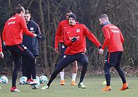 Alexander Meier (Eintracht Frankfurt) gegen Marco Russ (Eintracht Frankfurt) und Marc Stendera (Eintracht Frankfurt) - 06.03.2018: Eintracht Frankfurt Training, Commerzbank Arena