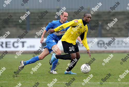 2011-02-20 / Voetbal / seizoen 2010-2011 / Berchem Sport - KFC Katelijne Waver / Ben Mbemba (Berchem) probeert Tom Van Dessel af te schudden..Foto: mpics