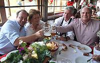 FUSSBALL 1. BUNDESLIGA   SAISON 2011/2012 Die Mannschaft des FC Bayern Muenchen besucht das Oktoberfest am 02.11.2011 Sportdirektor Christian Nerlinger, Iris Heynckes, Trainer Jupp Heynckes, Praesident Uli Hoeness  (v. li., FC Bayern Muenchen) stossen mit einer Mass Bier an