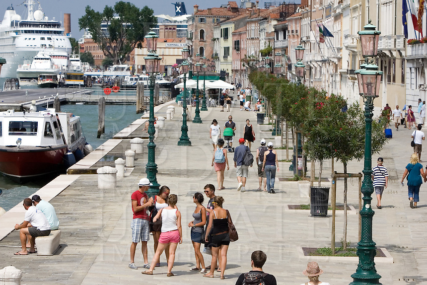 Turisti lungo le Zattere a Venezia.<br /> Tourists along the Zattere, Venice.<br /> UPDATE IMAGES PRESS/Riccardo De Luca