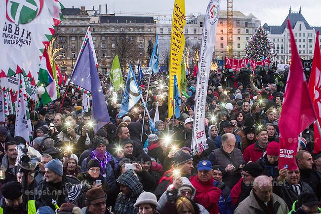 """UNGARN, 05.01.2019, Budapest V. Bezirk. Demonstration der Gewerkschaften und der Opposition auf dem Kossúth-Platz vor dem Parlament gegen das von der Fidesz-Regierung eingebrachte """"Sklavengesetz"""", das die Zahl der moeglichen Ueberstunden massiv erhoeht und ihre Abrechnung erschwert: Leuchten mit Mobiltelefonen.   Demonstration on Kossuth square in front of the parliament organized by trade unions and the opposition against the """"slave law"""" proposed by the Fidesz goverment, allowing for a massive rise in overtime work while hampering its payoff: Lighting with cellphones.  © Martin Fejer/estost.net"""