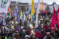 "UNGARN, 05.01.2019, Budapest V. Bezirk. Demonstration der Gewerkschaften und der Opposition auf dem Kossúth-Platz vor dem Parlament gegen das von der Fidesz-Regierung eingebrachte ""Sklavengesetz"", das die Zahl der moeglichen Ueberstunden massiv erhoeht und ihre Abrechnung erschwert: Leuchten mit Mobiltelefonen. 