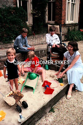 PROFESSOR STEPHEN HAWKING AT HOME WITH HIS YOUNG FAMILY CAMBRIDGE ENGLAND 1981. HIS FIRST WIFE JANE. 1980s UK.<br /> <br /> L-R Seen here with  Tim,eldest son Robert,Lucy, wife Jane.